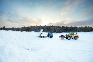 Snö tippas på snötippen för snökylanläggningen vid Sundsvalls sjukhus.