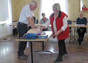 Ingmar Johansson och Ing-Marie Andersson demonstrerade hur man utför hjärt-lungräddning  för det 25-tal medlemmar som deltog på Motormännen Dalarnas årsmöte.
