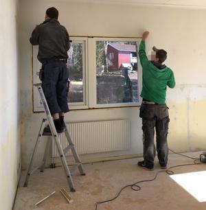 Nya lister på fönstren och ommålning av fönsterkarmar gjorde boenden och la ned sin egen tid på att fixa lokalen till den standard den här i dag. Foto: Privat.