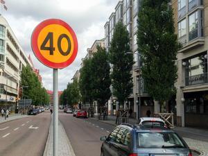 En ny rapport från VTI (Statens väg- och transportforskningsinstitut) visar att om hastigheten i tättbebyggt område sänktes från 50 km/timmen till 40 km/timmen så skulle detta innebära fem färre dödsfall i trafiken varje år. I studien ingick åtta olika kommuner bland annat Borlänge. Bilden är dock tagen i Göteborg. Foto: Margareta Gustafsson / TT
