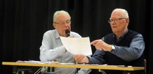 Ordförande Lars Asp och Anders Jobs går igenom lite rapporter. Foto: Berndt Reuithe.