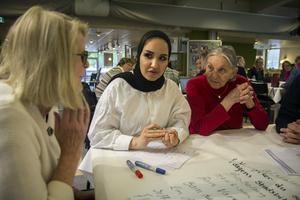 Elisabeth Björklund från Gävle Stadsbiblioteks vänner, Zinah Aldaloo (S) i kulturnämnden, och Helga Barth som inte fattar varför biblioteket ska byggas om. Hon är här varje vecka, och tycker att det är hur bra som helst.