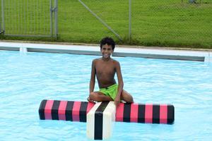 Tioåriga Benjamin var en av många inom fritidsverksamheten som    trivdes med att bada på Nackstabadet.