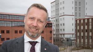 Patrik Isestad (S) tycker det är tråkigt att Liberalerna söker sig till blockpolitiken genom att sträcka ut en hand till allianspartierna.