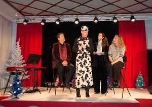 Kettil Medelius, Jan Boholm, Malin Berglund och Sofia Andersson på scenen i en av sketcherna. Jan Boholm har gått all in på ett animaliskt julbord.