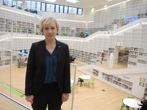 Helene Hellmark Knutsson (S), minister för högre utbildning och forskning, vill att genusteori ska genomsyra Högskolan Dalarnas verksamhet. Här syns hon i högskolebiblioteket i Falun.
