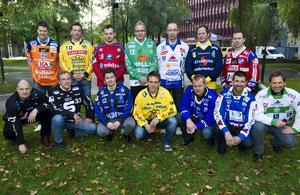 Ari Holopainen (femma från vänster på nedre raden) som tränare för Villa Lidköping. Från upptaktsträffen 2010. Även nämnde Tommy Österberg är med, uppe till höger i bild. Bild: TT