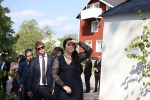 Snart är det min tur! Sandra Andersson var pirrig och nervös. Hon var den som skulle gå först in av avgångseleverna i den fullsatta kyrkan. Alla blickarna riktades mot henne.