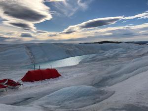 De första dagarna gick expeditionen över ojämna isformationer , vilket gjorde att deltagarna tvingades gå till fots istället för att åka skidor. Sedan tog den vidsträckta slätare isen vid. Varje kväll restes tälten, som vart och ett rymde tre personer.