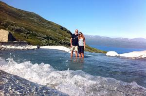 """På fjället Nuolja vid Abisko. """"Vi hittade den här lagunen av en slump, och bara några meter bakom mig och Susanne rusar vattnet ner i ett häftigt vattenfall."""" Foto: privat"""