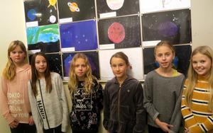 Tilde, Engla, Lova, Stella, Nova och Edith går i fyran på Åsbro skola och har varit med och illustrerat årets Åsbro-kalender.