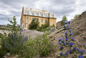Den västra fasaden på Ahlgrensfabriken, med sitt tidstypiska 1920-talstak. Bakom huset ska det byggas en förskola.