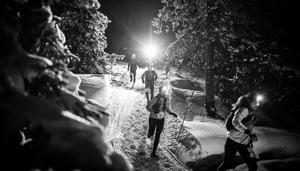 Utrustade med pannlampor gav sig närmare 200 löpare ut på skoterspår och pistade leder under Night snowrun. Foto: Kalle Vertergård