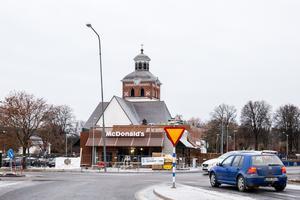 McDonald's skymmer sikten för kyrkan i Bollnäs. Det påstår i alla fall kritiker, som tycker restaurangen förfular omgivningen.