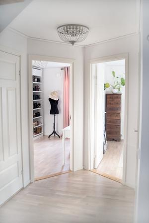 I huset har Amanda en rejäl walk-closet, dörren till vänster. Ännu en kristallampa i taket.