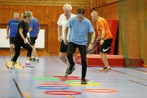 Sören Karlsson och Stig Andersson i en övning där det gäller att trippa fram i ringarna.