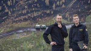 Peter Bäcke och Johan Szymanski från Mora brandkår har varit med och utvärderat det unika testet vid storbranden på Älvdalens skjutfält i somras, där en bomb detonerades i brandområdet för att ta bort syret från delar av branden. Obs: Bilden är ett montage.