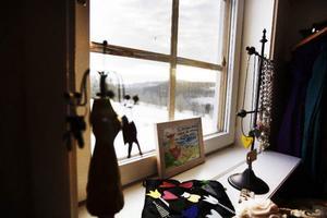 Från butiken kan man se hur fjällmassivet breder ut sig utanför fönstret.
