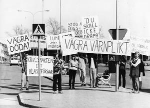 Ungdomar i Hudiksvall demonstrerar mot värnplikten.
