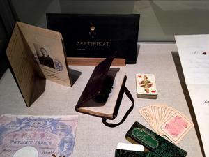Anders Zorns välanvända pass tillsammans med saker som kan vara bra att ha på resan.