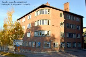 Bakom den här tegelbyggnaden, på bakgården, planeras flera nya bostäder. Foto: Östersunds kommun