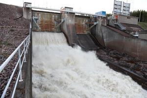 100 kubikmeter vatten per sekund spills nu förbi kraftverket i Spjutmo i Österdalälven.