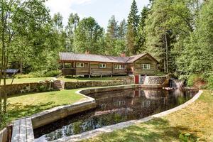 Lantställe med vattendrag på tomten. Med 8 753 klick på Hemnet den nästmest populära fastigheten i länet vecka 23.Foto: Kristoffer Skog (Husfoto)