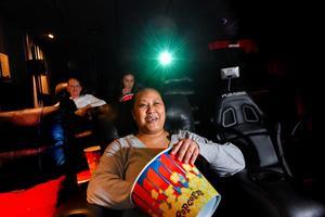Ylva, Linda och Emelie Rengart har skaffat en riktig popcornmaskin till hemmabion.