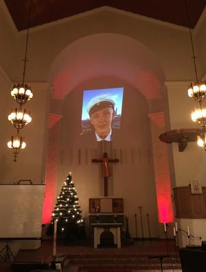 Simon Gustafsson tog studenten i juni 2018. Bilden är från en ljusceremoni i Nynäshamns kyrka som anordnades av hans vänner för ett år sedan. Foto: Privat