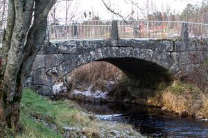 Trafiken på gamla rikstretton gick över Hallstaån på den här välvda stenbron.