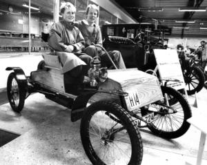 En Orient Buckard från 1906 var äldsta fordonet på veteranbilsutställningen 1985. Sven Jernberg, ordförande i Veteranbilklubben, provsatt tillsammans med Gunilla Persson, Östersund.