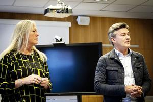 Eva Lindberg (S), regionråd och ordförande i regionstyrelsen och Henrik Höjsgaard, divisionschef Aleris, under eftermiddagens presskonferens.