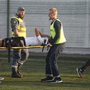 Arvid Brorsson bärs av planen Fick sedan vänta på en ambulans som inte kom, innan han kördes i ÖSK:s egen minibuss till sjukhus i Nyköping.