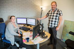 Maria Noord visar sin nya arbetsplats där hon dirigerar Taxi Arbogas olika fordon. På bilden också Ola Eriksson.