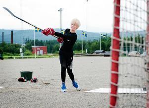 Elias Pettersson påbörjade ishockeykarriären i Ånge IK.Här är han i tolvårsåldern och befinner sig utanför Kastbergshallen i Ånge.