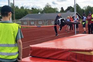 Alvin Prestjan hoppar höjd.