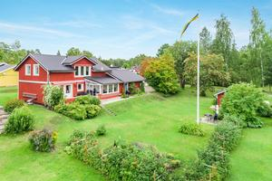 Rymlig sjönära villa med vy över Runn. Foto: Eric Bowes, HusmanHagberg.