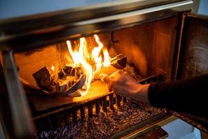Familjens kamin i vardagsrummet ger skön värme, och kräver inga elekriska fläktar för att fungera.