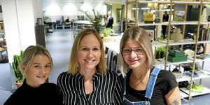 Mitt i den öppna miljön på DoSpace. Platschefen Elin Bogren omgiven av Maja Hedebrant, praktikant från Borgarskolan, och Moa Öberg, studentambassadör som samordnar kontakterna mellan företag och studenter.