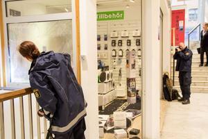 Poliserna Ulrika Aldén och Patrik Bergqvist genomförde en teknisk undersökning av butikslokalen. Bland annat lyste Ulrika Aldén på den sönderslagna rutan för att se om det fastnat något spår där.