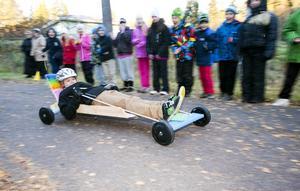 Det gällde att hitta på den rätta tekniken för att få så hög fart som möjligt. Oliver Norman hade hittat en bra stil när han susade nerför cykelbanan påhejad av skolkompisarna.