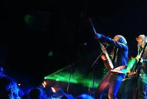 Med hård attityd och tajta jeans spelade Renvoyer punkig rock och bjöd på gitarrkonster.