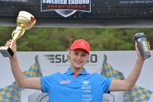 Joakim Grelsson, här jublande glad JSM-vinnare, körde i svenska seniorlaget som blev fyra vid tuffa sexdagars lag-VM i Spanien.