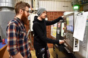 Adam Eriksson, lärare till vänster, och Peter Forsberg som blir först ut med utbildningen inom CNC, som är ett datorsystem för att styra maskiner i tillverkningen.