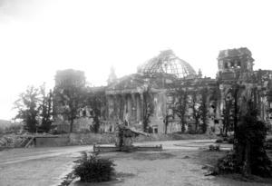 Resterna av den tyska riksdagen den 30 juni 1945. Riksdagshusbranden 1933 gjorde det möjligt för nazisterna att avskaffa demokratin – med stöd av de de konservativa tysknationella.