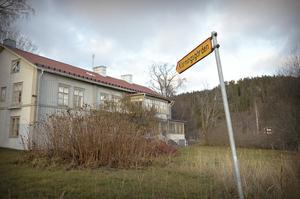 På vägskylten står det Körningsgården utan i och det är det namn som de nya ägarna kommer att använda.