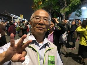 Kenneth Chen visar upp sitt stöd för kandidat nummer tre i borgmästarvalet i Taipei. Och han tänker rösta för att  Taiwan ska slippa betecknas som