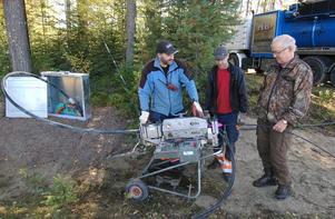 Hans Degerman följer arbetet när Alf Carling och Christer Ruohonen från MB Gräv och Last i Valbo fyller matarkabeln med fibrer utanför fritidshuset i Skräddrabo.