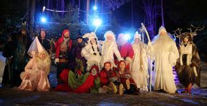 Sagofen, Häxan, Vinterälvor, Gnistra, Sprak, Busmöss, Trollkungen, Kungen och drottningen av vinter, Alven och Tomten är några av alla sagofigurer på Tomteland.