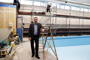 Rektor Erik Fällmer var en av många som gladde sig över att simhallen i Herrskog  kunde tas i bruk igen 2016. Nu är framtiden mer osäker.